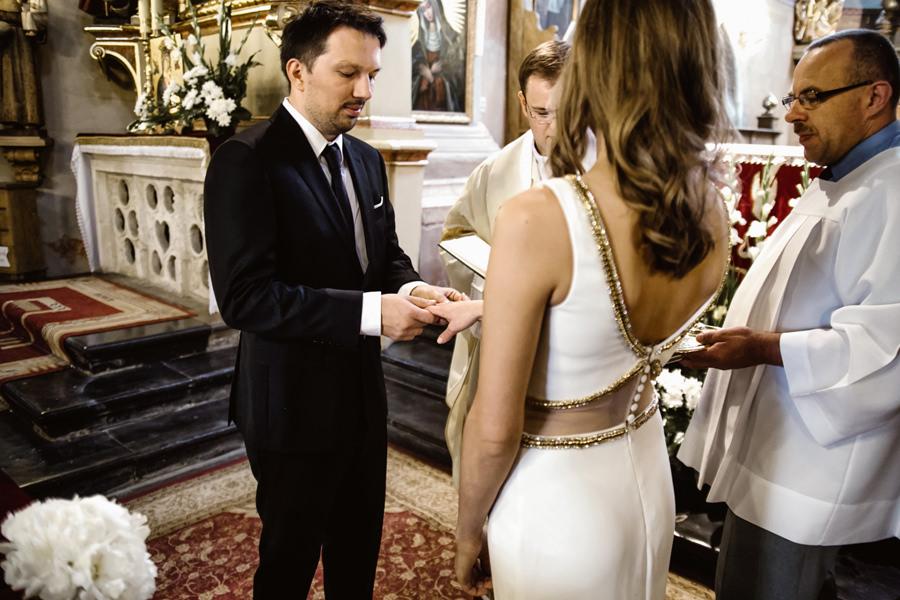 suknia ślubna z wyciętymi plecami