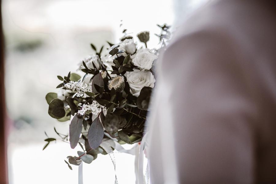 białe kwiaty na ślub