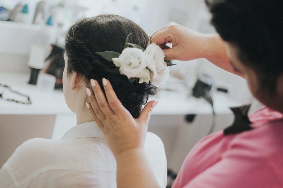 białe kwiaty we włosach