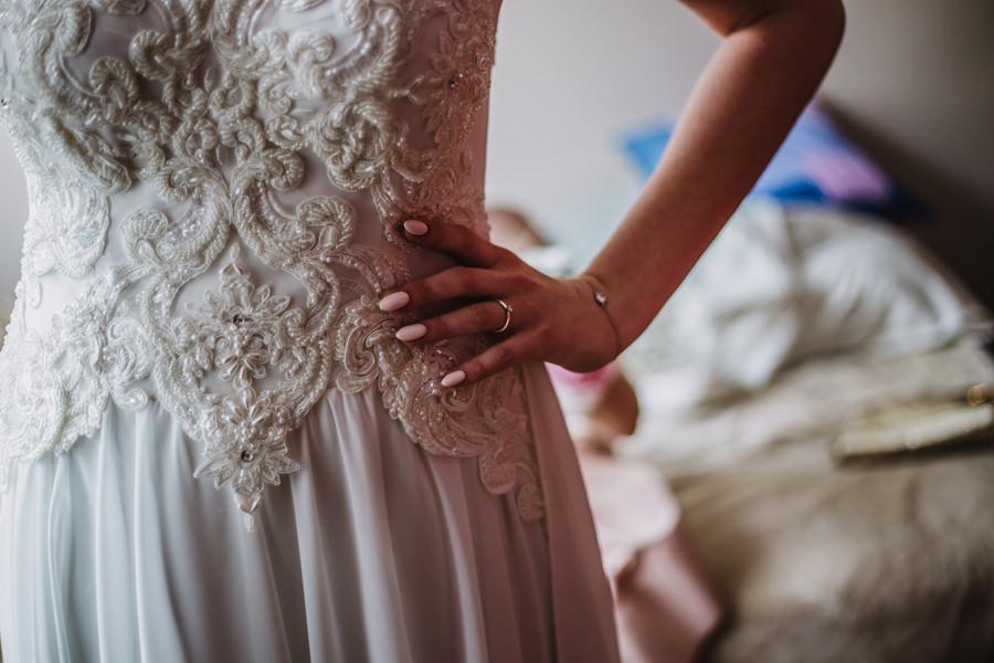 suknia ślubna na guziki