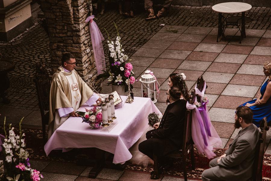 ślub kościelny w plenerze
