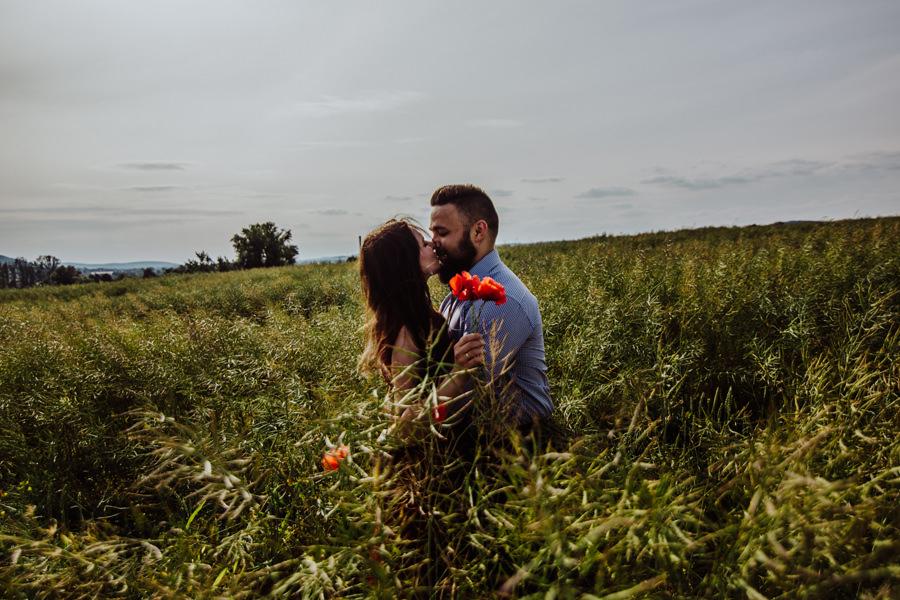 plener ślubny na polu
