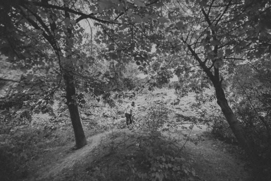sesja narzeczeńska w lesie