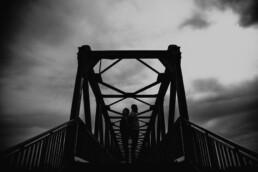 Sesja narzeczeńska na moście kolejowym w Krakowie