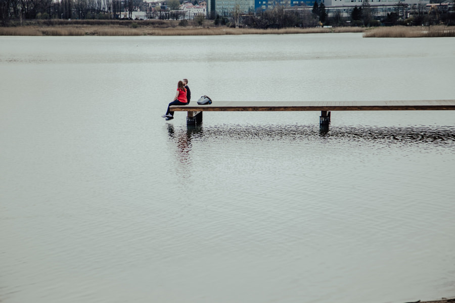 Wiosenna sesja narzeczeńska nad wodą