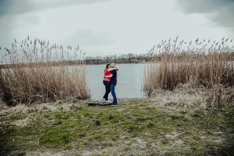 Sesja narzeczeńska nad jeziorem