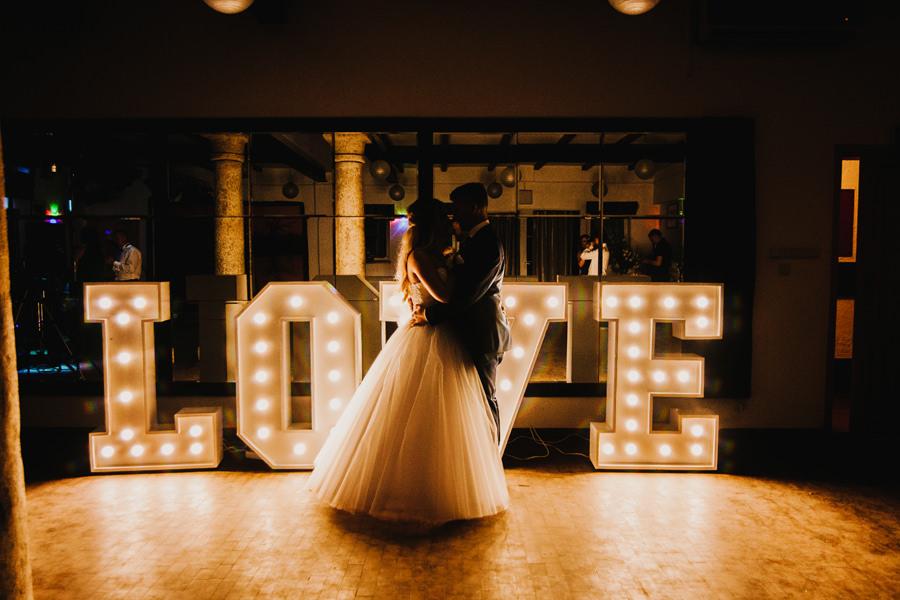 napis love na ślubie
