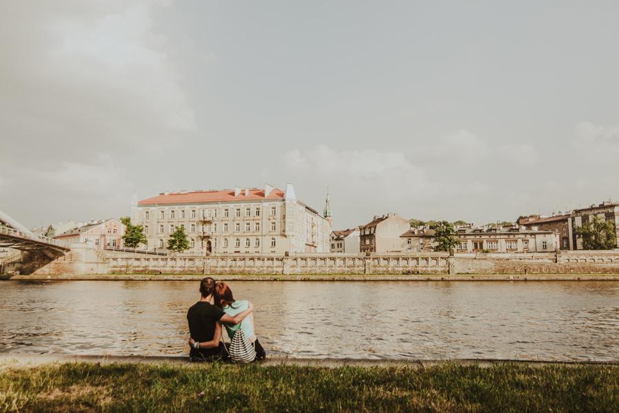 sesja narzeczeńska nad Wisłą w Krakowie