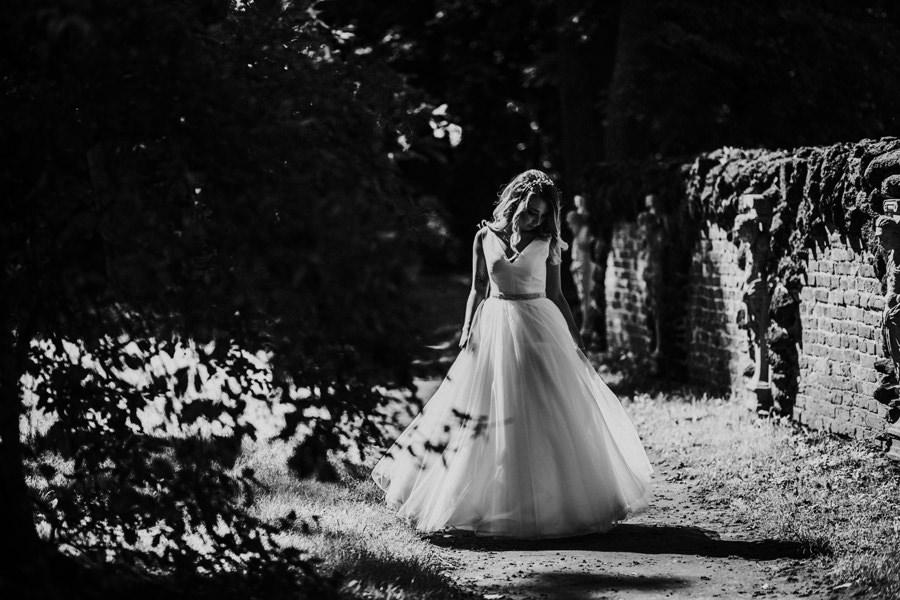 sesja ślubna w parku romantycznym
