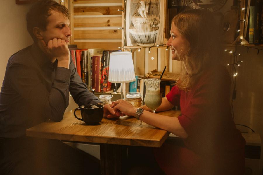 sesja narzeczeńska w kawiarni na kazimierzu