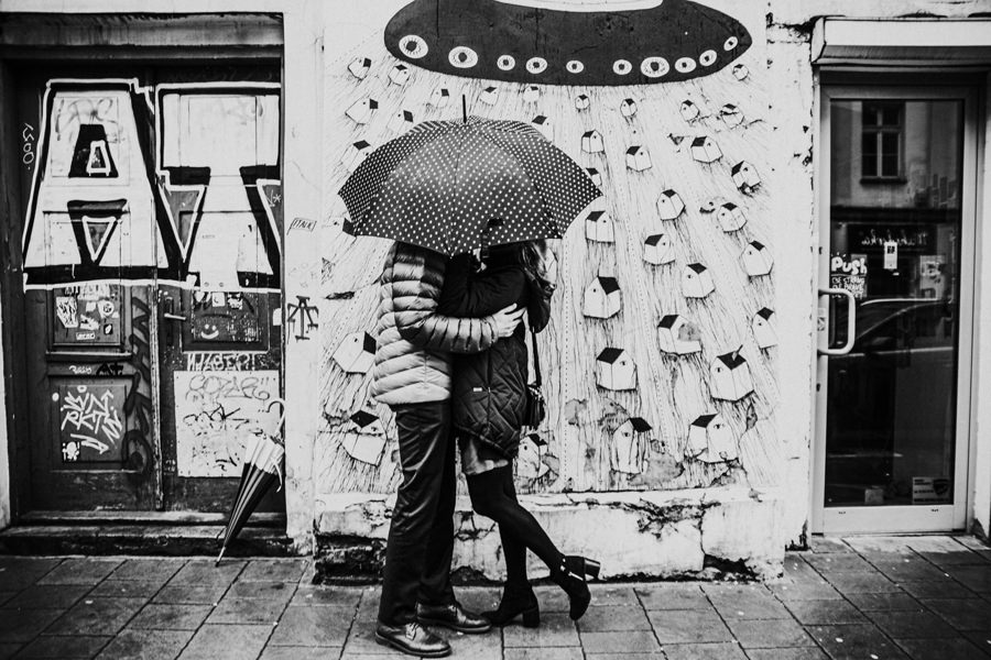 sesja narzeczeńska w deszczu