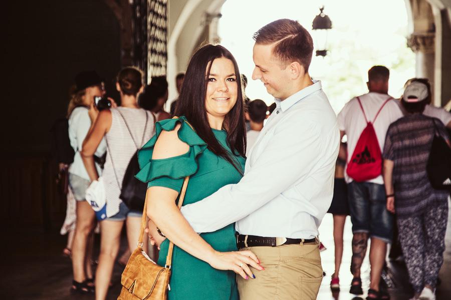 Romantyczna sesja narzeczeńska na Rynku Głównym w Krakowie