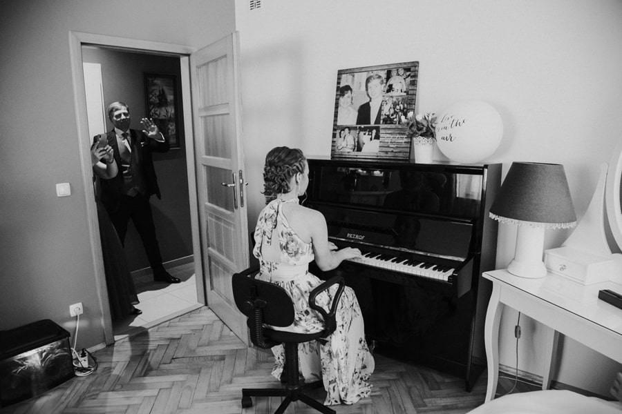 pianino na ślubie