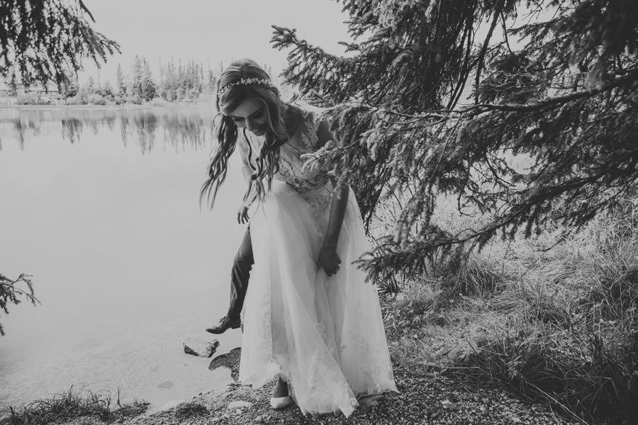 Jesienny plener ślubny nad jeziorem