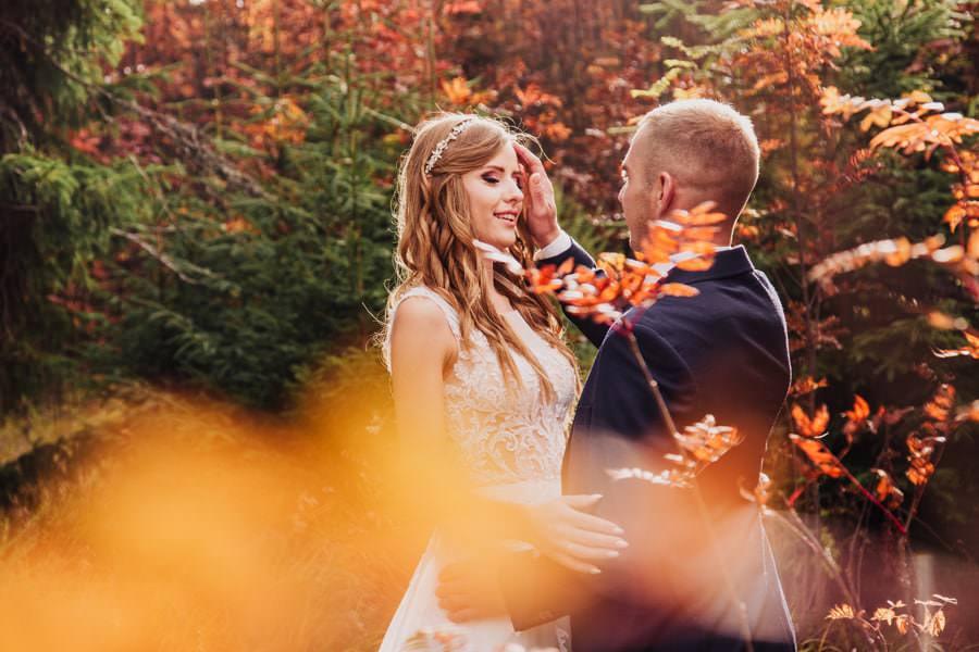 jesienna sesja ślubna w lesie