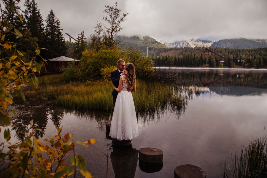 jesienna sesja ślubna nad jeziorem