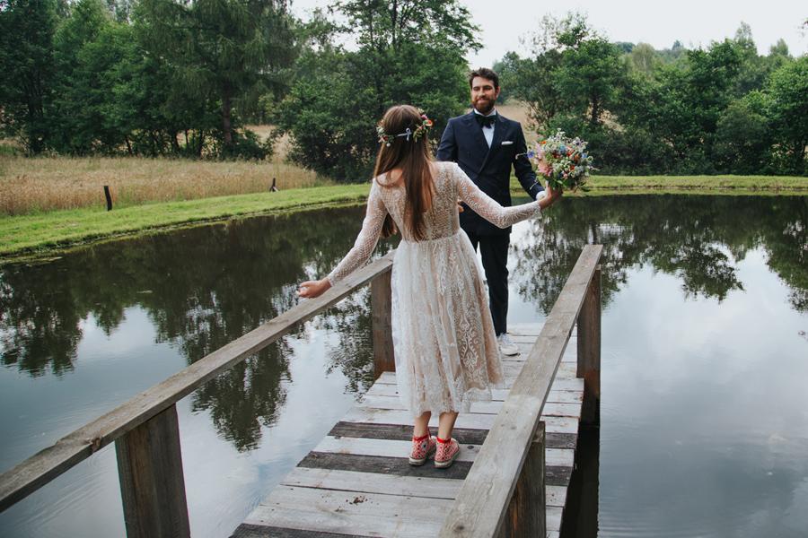 bukiet ślubny z polnych kwiatów i trampki