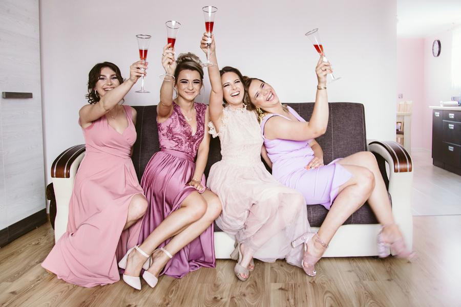 szampan na przygotowaniach do ślubu